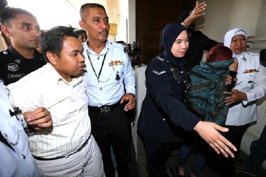 KUALA LUMPUR, 08 May 2015. Dua pemandu Perodua Myvi yang terbabit dalam kemalangan di Lebuhraya Duta - Ulu Klang (DUKE), Mohamad Fizal Reza Jamauddin, 31 (kiri) dan Siti Noor Aini Mohd Said, 35, mengaku tidak bersalah di Mahkamah Majistret Trafik, Kompleks Mahkamah Jalan Duta. NSTP/Khairull Azry Bidin.