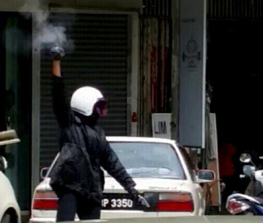 PENANG 29 September 2015. Salah seorang dari empat perompak melepaskan tembakan ke udara ketika melarikan diri menaiki motosikal setelah merompak kedai emas di Taman Chai Leng, Perai. NSTP/Ihsan Pembaca