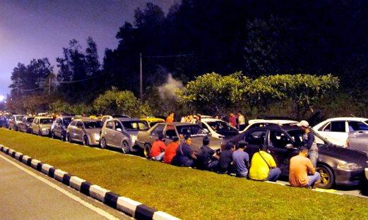 IPOH 08 November 2015. ( HM IPM285T / BH IPB627T ) Lebih 100 buah kereta ditahan dan diperiksa oleh Polis Trafik daripada Ibu Pejabat Polis Kontinjen Perak dengan kerjasama Jabatan Pengangkutan Jalan yang terlibat dalam kegiatan lumba haram di Persiaran Meru Raya 3, di sini awal pagi tadi. STR/Mohd Nazrulaswad.